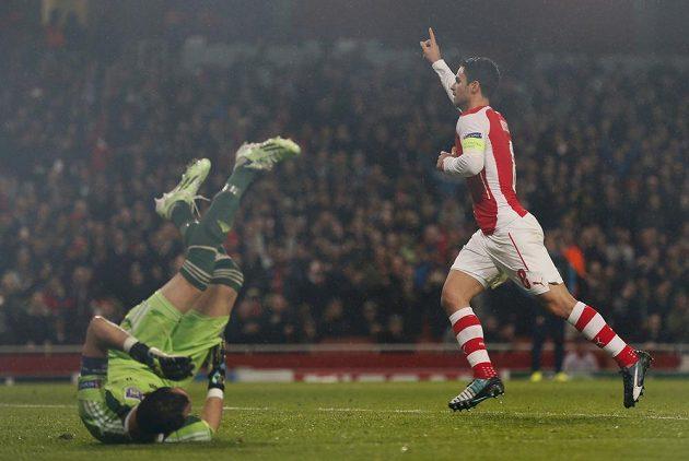 Fotbalista Mikel Arteta (vpravo) z Arsenalu překonal z pokutového kopu brankáře Anderlechtu Silvia Prota ve čtvrtém kole Ligy mistrů.