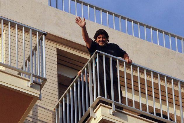"Diego Maradona mává svou ""Božskou rukou"" fanouškům."