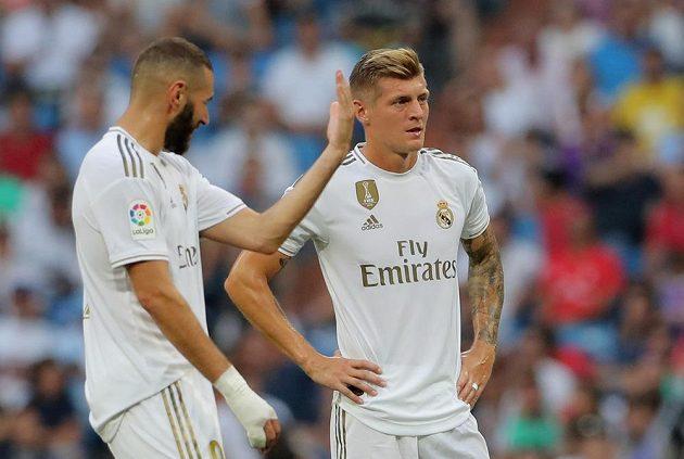 Fotbalisté Realu Madrid Karim Benzema a Toni Kroos v akci.