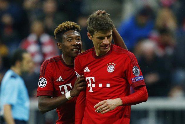 David Alaba utěšuje svého spoluhráče Thomase Müllera, který nedal pokutový kop.