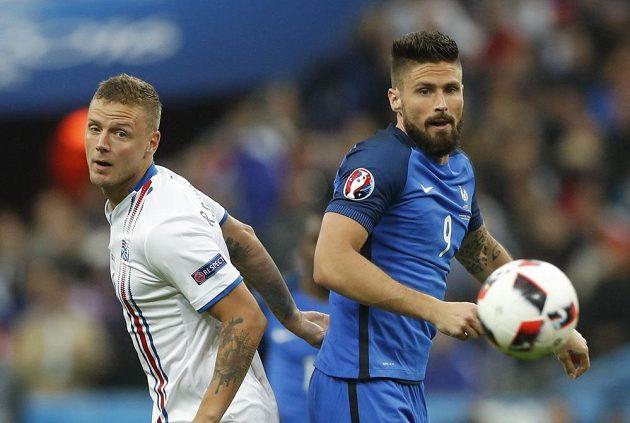 Francouzský útočník Olivier Giroud (vpravo) a islandský obránce Ragnar Sigurdsson ve čtvrtfinále ME.