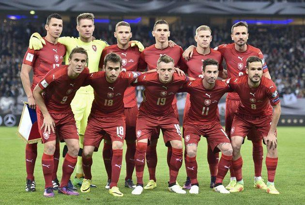 Čeští fotbalisté před bojem s Němci v Hamburku.