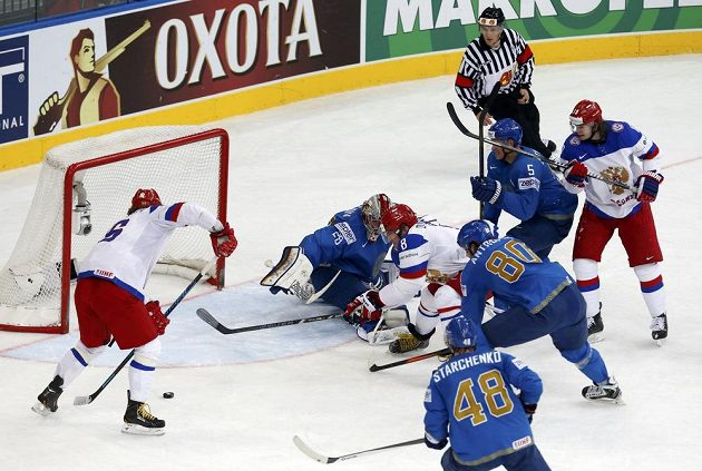 Ruský útočník Sergej Plotinikov (vlevo) se hotoví ke vstřelení gólu v souboji s Kazachstánem.