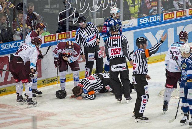 Vladimír Pešina, kterého nechtěně zasáhl hokejkou do obličeje sparťanský útočník Miroslav Forman, musel z utkání odstoupit.