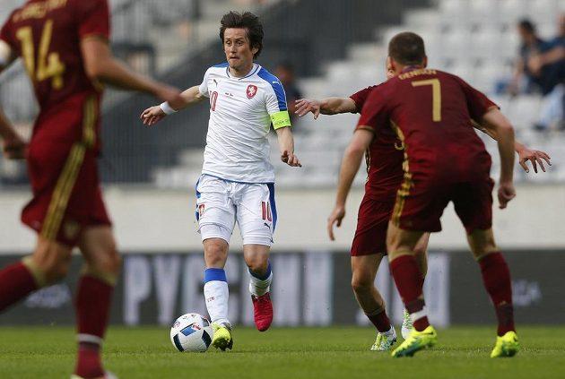 Kapitán české fotbalové reprezentace Tomáš Rosický v boji s ruskou přesilou.