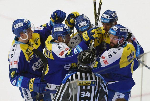 Hokejisté Zlína se radují z gólu proti Třinci.