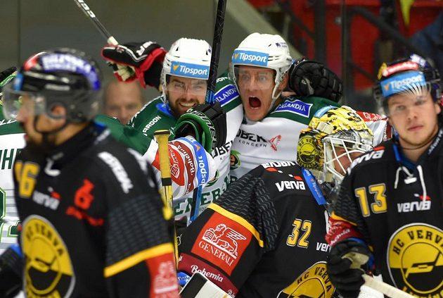 Hokejisté Karlových Varů Petr Koblasa (vlevo) a střelec branky Tomáš Vondráček se radují z gólu.