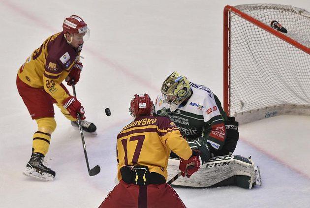 Aleš Jergl a Patrik Danišovský z Jihlavy před brankářem Karlových Varů Davidem Honzíkem během utkání 5. kola baráže o hokejovou extraligu.