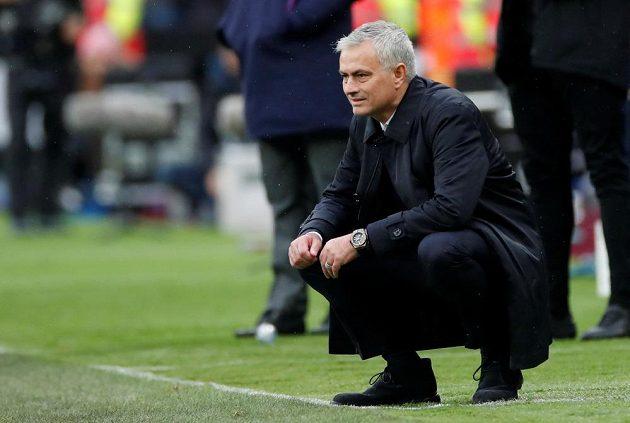 Manažer José Mourinho sleduje své svěřence - fotbalisty Tottenhamu - v bitvě s West Hamem.