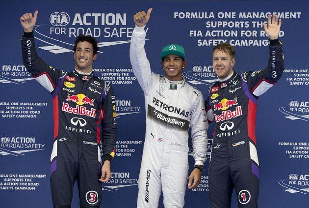 Nejlepší trojice kvalifikace na VC Číny. Zleva Australan Daniel Ricciardo, Brit Lewis Hamilton a úřadující šampión Sebastian Vettel z Německa.