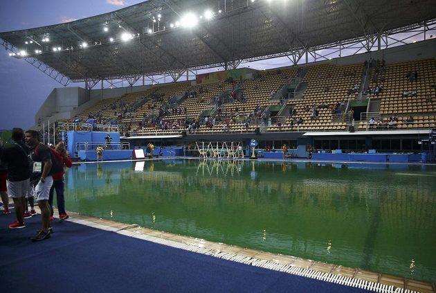 Bazén pro skoky s aktuálně zelenou vodou.