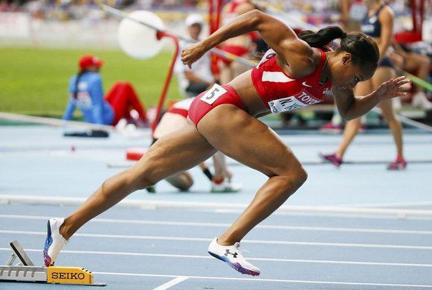 Americká sprinterka Natasha Hastingsová v semifinálovém závodu na 400 merů překážek.