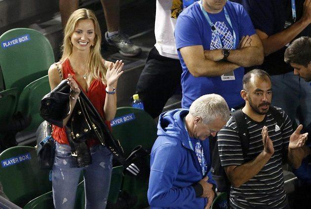 Manželka Tomáše Berdycha Ester tleská svému partnerovi po vítězství ve třetím kole Australian Open.