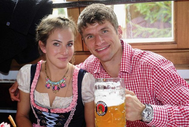 Fotbalista Bayernu Mnichov Thomas Müller s manželkou Lisou na Oktoberfestu.