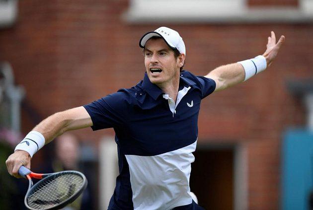 Uzdravený britský tenista Andy Murray se vrátil na kurty vítězstvím ve čtyřhře na turnaji v Londýně.