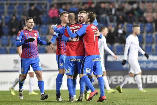 Plzeňští fotbalisté se radují z vyrovnávacího gólu proti Slovácku.