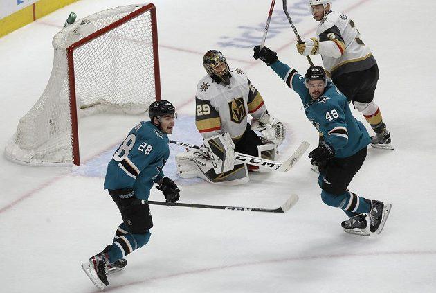 Brankář týmu Vegas Golden Knights Marc-Andre Fleury je překonaný. Slaví hráči San Jose Sharks Timo Meier (28) a český Tomáš Hertl (48).