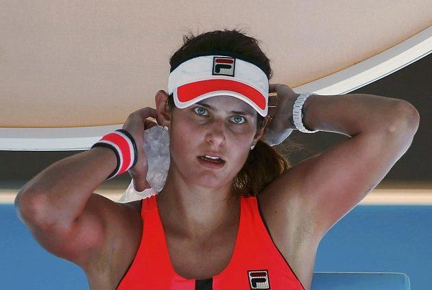 Německá tenistka Julia Görgesová se osvěžuje v duelu s Klárou Koukalovou.