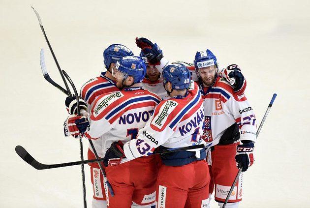 Čeští hokejisté oslavují gól Jana Kováře na 1:1 během přípravného utkání se Slováky v Jihlavě.