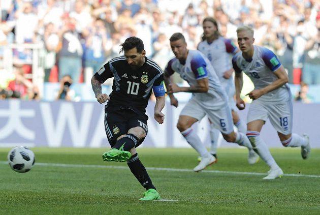 Argentinec Lionel Messi neproměňuje penaltu proti Islandu.