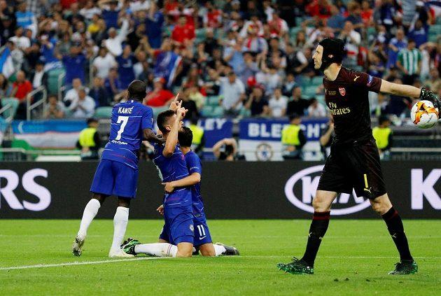 Petr Čech vyhazuje míč po inkasovaném gólu ve finále Evropské ligy. Hráči Chelsea před ním oslavují.