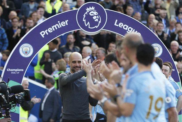 Mistrovská radost v podání Manchesteru City. Manažer Pep Guardiola slaví s hráči triumf v Premier League, rozhodla o tom výhra nad Brightonem.