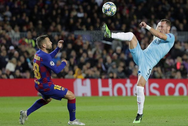 Takhle si slávista Vladimír Coufal vyšlápl na zadáka Barcelony Jordiho Albu.