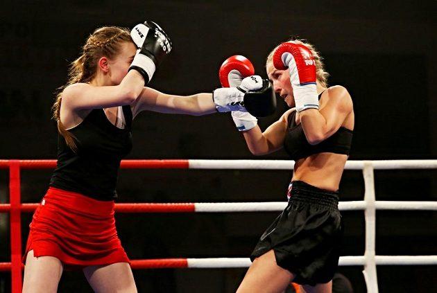 Boxerka Fabiána Bytyqi v boji.