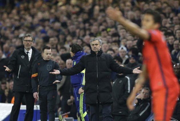 Trenéři Laurent Blanc i José Mourinho se podivují nad verdiktem nizozemského rozhodčího Björna Kuiperse.