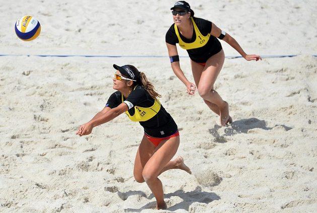 Martina Bonnerová (vpředu) a Barbora Hermannová v utkání proti brazilském páru Maria Clara, Carol.