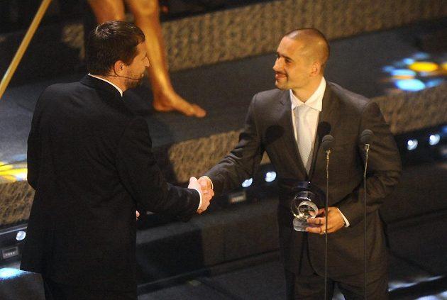 Hráč Montrealu Canadiens Plekanec přebírá od šéfkomentátora ČT Roberta Záruby cenu pro třetího hráče ankety.