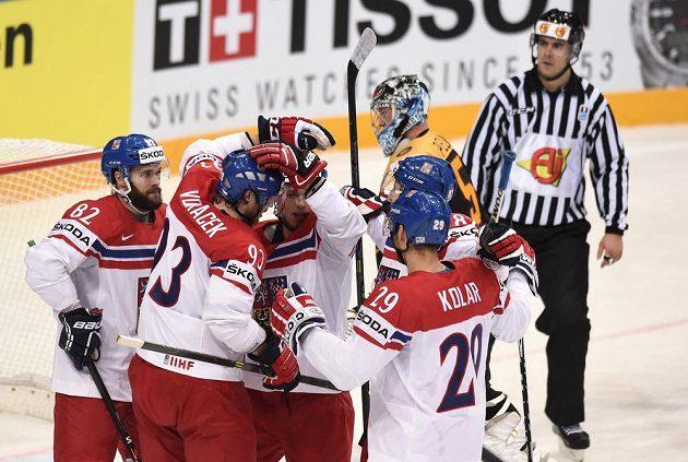 Michal Vondrka (82) oslavuje se spoluhráči gól na 1:1 během utkání hokejového mistrovství světa mezi Německem a Českou republikou.