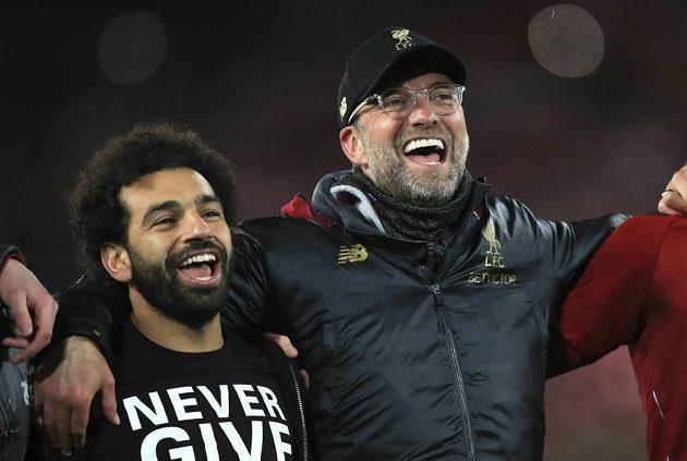 Liverpoolská zraněná opora Mohamed Salah (vlevo) a kouč Jürgen Klopp po boji s Barcelonou.
