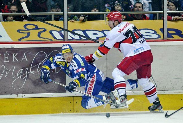 Jan Hruška z Brna (vlevo) a Bohumil Jank z Hradce Králové bojují u mantinelu.