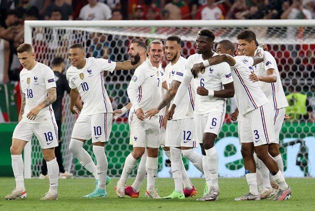 Fotbalisté Francie se radují z branky