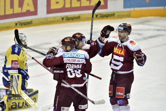 Střelec druhého gólu Sparty Jan Buchtele (uprostřed) se raduje se spoluhráči Miroslavem Formanem a Andrejem Kudrnou (vpravo). Sparta využila přesilovou hru.