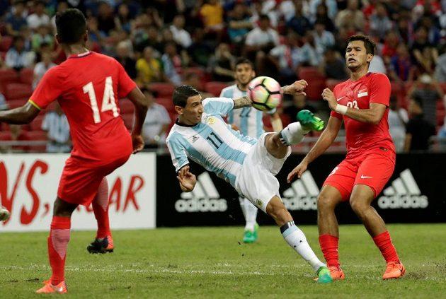 Argentinec Ángel Di María pálí mezi singapurskou obranou.