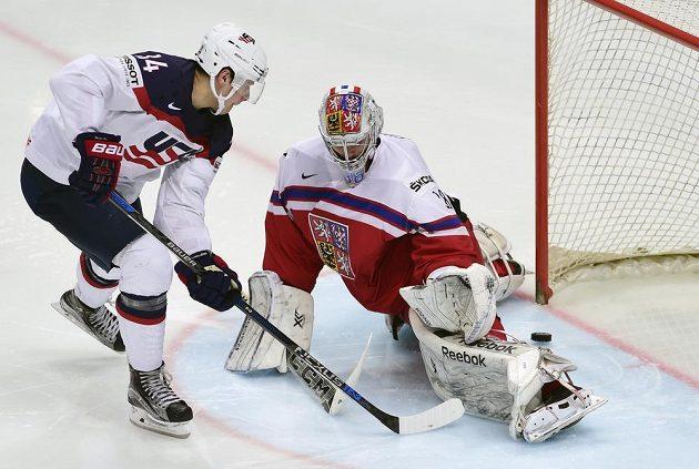 Americký útočník Auston Matthews střílí gól. V české brance je Dominik Furch.