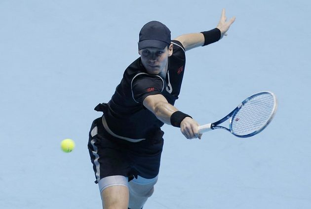 Tomáš Berdych vrací míček Rafaelu Nadalovi během zápasu Turnaje mistrů v Londýně.