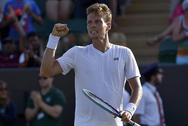 Tomáš Berdych slaví postup do osmifinále Wimbledonu.