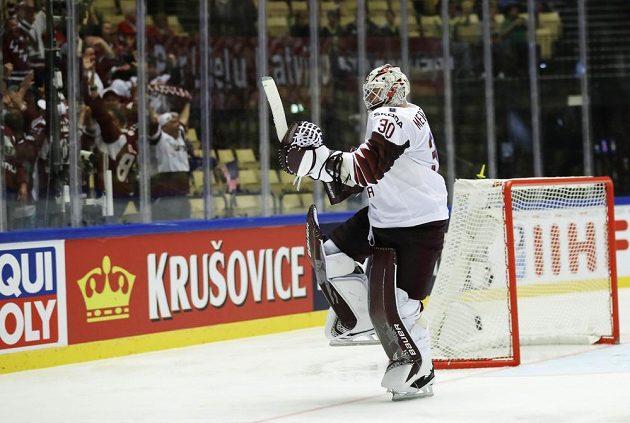 Lotyšský brankář Elvis Merzlikins prožívá radost z gólu proti USA.
