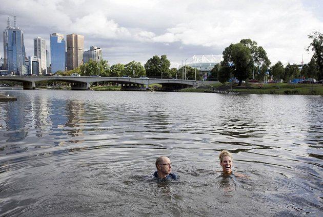 Vítězka Australian Open Angelique Kerberová (vpravo) plave v řece Yarra den po svém triumfu.