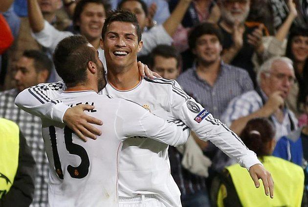 Daniel Carvajal gratuluje Cristianu Ronaldovi z Realu ke gólu.