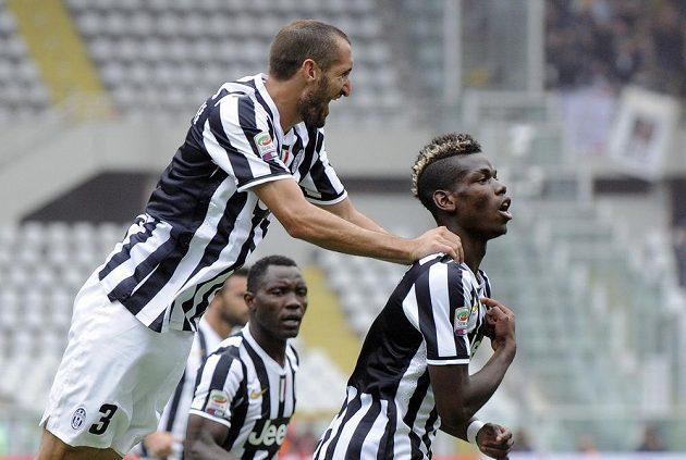 Paul Pogba z Juventusu (vpravo) oslavuje se spoluhráčem Chiellinim svůj gól proti AC Turín.
