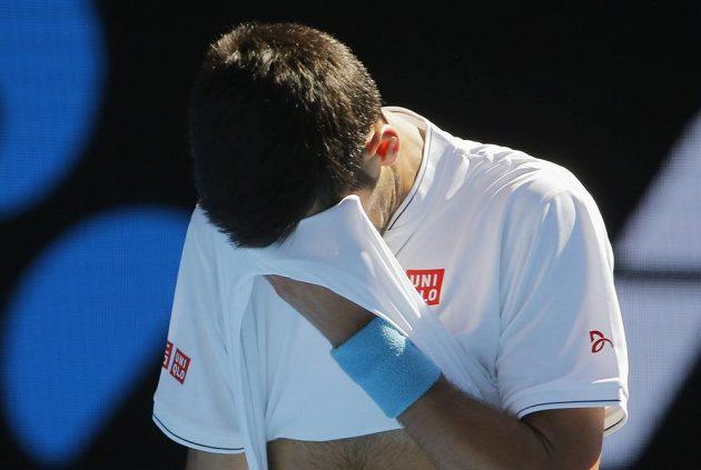Obličej v dlaních. Takhle si Novak Djokovič utkání s Istominem jistě nepředstavoval.