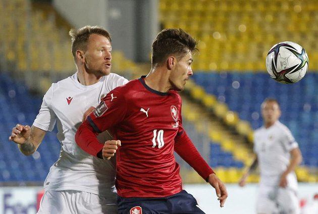 Patrik Schick (10) a Bělorus Ruslan Judenkov.