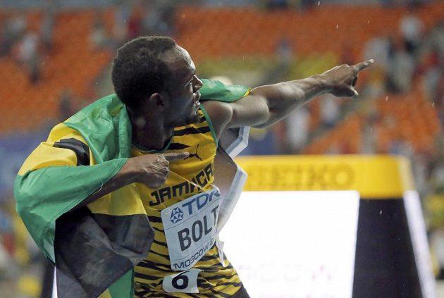 Usain Bolt oslavuje svůj triumf v běhu na sto metrů na MS v Moskvě.