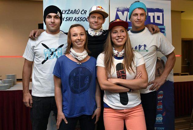 Lyžaři a snowboardistky před začátkem nové sezóny. Zleva Josef Kalenský, Šárka Pančochová, Tomáš Kraus, Eva Samková a Kryštof Krýzl.