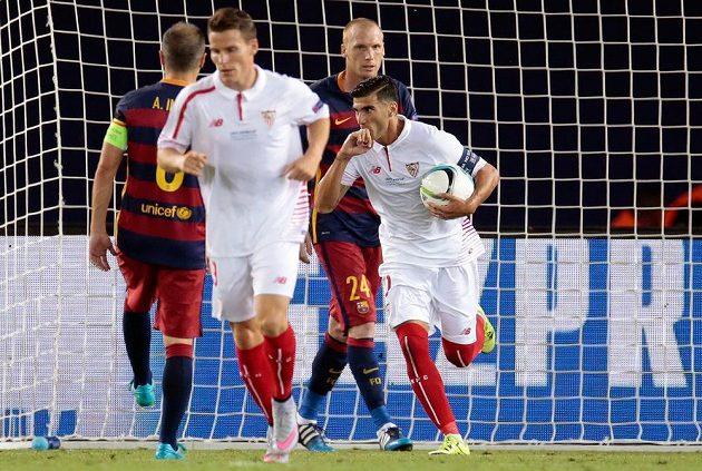 Záložník Sevilly José Antonio Reyes se raduje z gólu proti Barceloně.