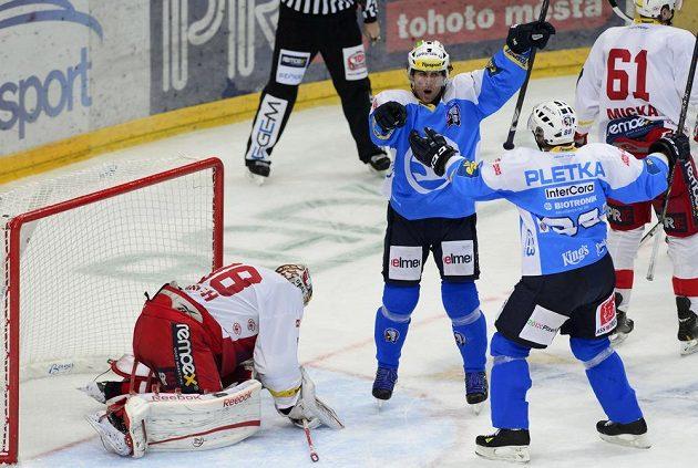 Útočník Plzně Radek Duda (uprostřed) se raduje z gólu. Vpravo je útočník Václav Pletka, vlevo překonaný brankář Slavie Dominik Furch.